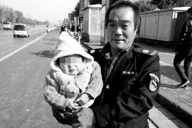 郑州大爷骑三轮车颠簸赶路 1岁多小孙女掉下车还不知
