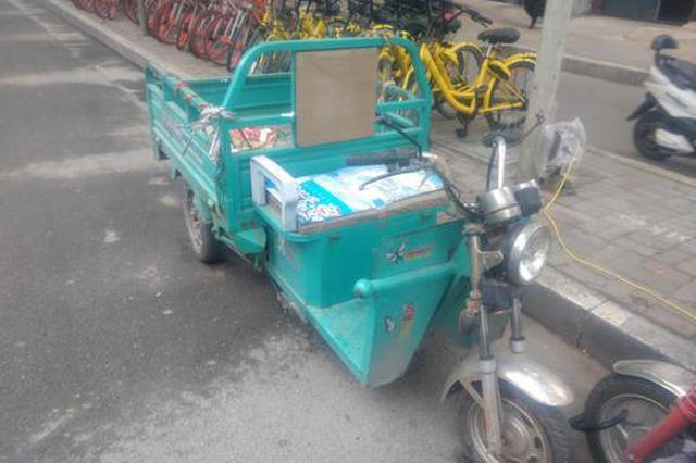 还有这操作? 俩三轮车郑州路灯杆上蹭电被扣