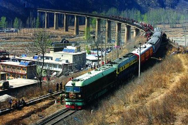 郑欧班列中亚线路列车首发 载44个集装箱货物