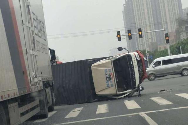 郑州前程路南三环两车事故 导致其中一车侧翻在路口