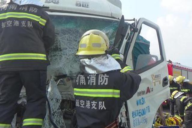 郑州小货车撞高速护栏 消防员驾驶室缝隙救出小夫妻