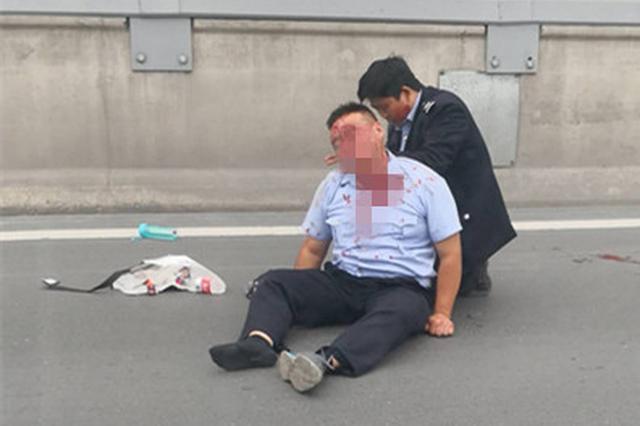 郑州陇海高架一骑电动车男子发生事故 满脸血迹