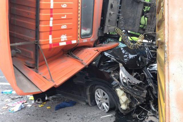 郑东花卉市场前大货车侧翻 6辆汽车受损1人受伤