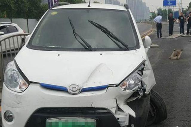 郑州一电动汽车闯入对向车道撞上奔驰 司机下车跑了