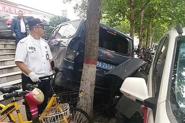 郑州一面包车倒车时失控 摔下1.6米高台阶
