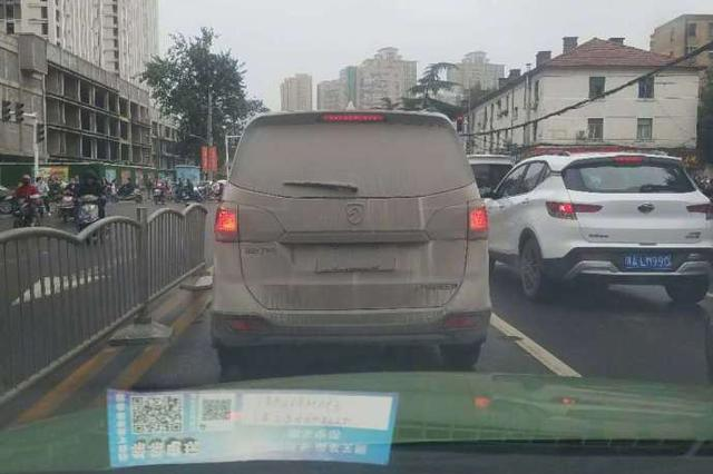 再脏不能脏车牌 郑州交警喊你洗车了