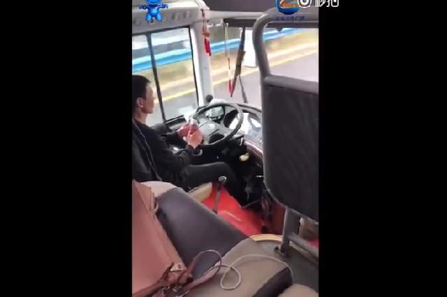 太危险!郑州一长途客车司机开车玩手机被纳入黑名单