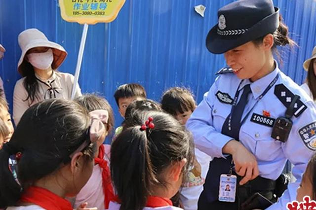 学校周边交通混乱 郑州一社区民警出奇招