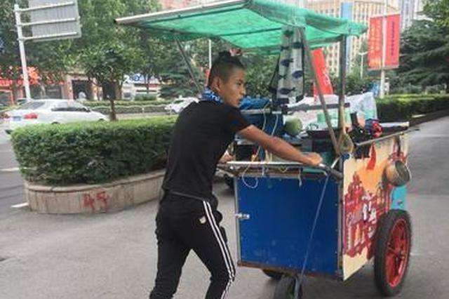 徐州小伙推三轮车徒步全国 现身郑州街头引市民点赞