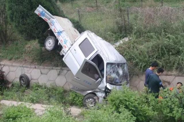 货车爆胎司机凑合着继续开 结果翻入路沟险车毁人亡