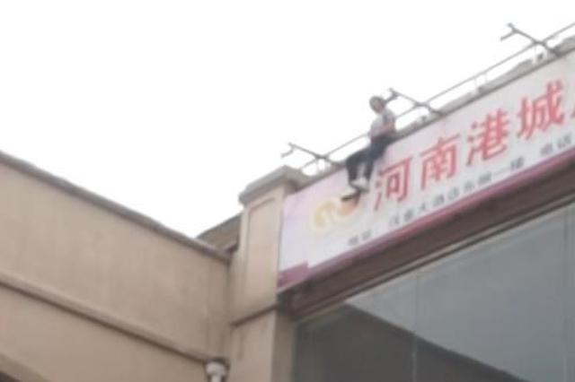 """郑州一失恋女子从3楼跳下 幸好下边有个""""大气包"""""""