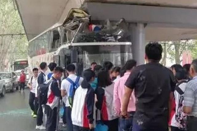 大巴载40多名学生 车头窝进立交桥下 4名学生受伤
