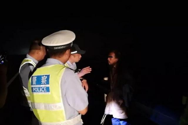 漯河:男子夜间上高速独坐应急道 对交警棍打脚踹口咬