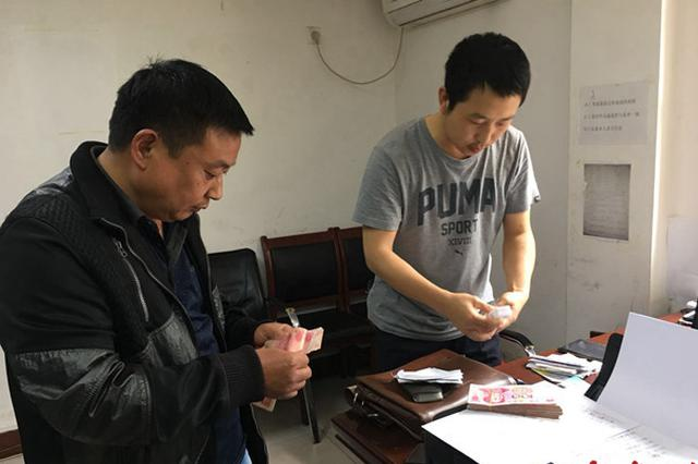 郑州民警捡到救命钱 归还时失主正张贴寻物启事