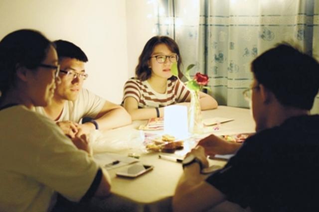 """河南一高校推出""""深夜食堂"""" 不卖美食卖""""人生大菜&quot"""
