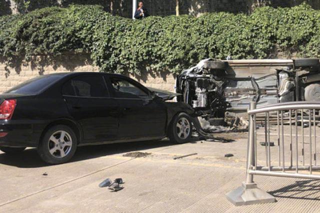 郑州一辆私家车失控撞开护栏 将对向车辆撞翻