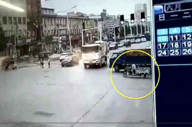 新郑老人闯红灯被撞身亡 家属暴打司机 到底谁该负责