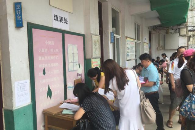 郑州市区小升初报名第一天秩序井然 家长证件需备齐