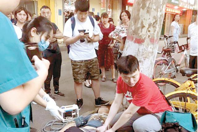 郑州高中生街头摔伤大腿根部 医生路遇危急抢救伤情