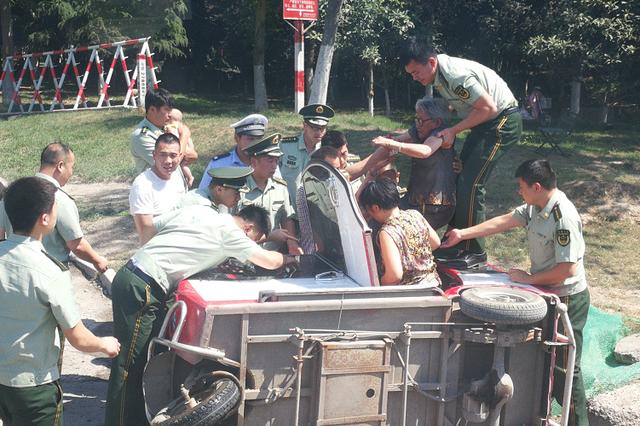 三轮车侧翻四人被困 幸亏商丘消防官兵路过施救