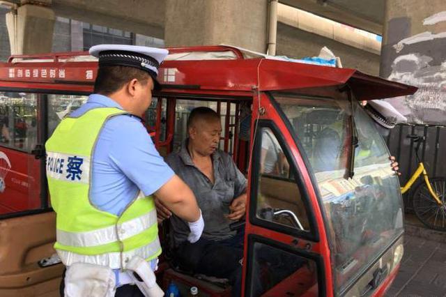 端午假期将至 郑州交警整治火车站地区交通秩序