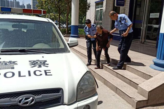 八旬老太出门迷路 郑州民警冒酷暑两小时帮她找到家