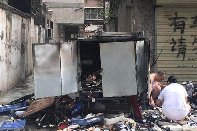 郑州电动三轮充电时起火 一车货物被烧毁