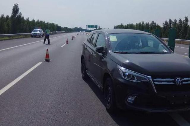 河南高速上掉落一辆全新小汽车 粗心司机浑然不知