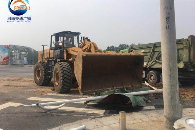 清晨郑州一辆渣土车为避让对向车辆发生侧翻