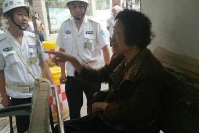 郑州:热心人帮老太太找家 称会像帮助母亲一样帮她