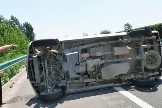 宁洛高速上面包车翻滚 除了爆胎还有这个原因
