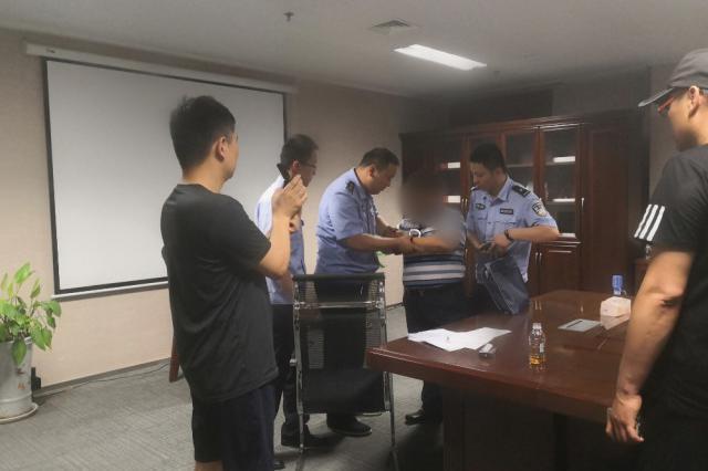 郑州男子现身某高档商务楼 没想到被干警当场带走