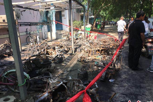 郑州一小区车棚发生火灾 十余辆电动车只剩铁架子