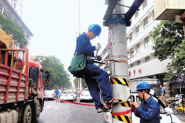 郑州百花路要拔25根高压线杆 市民路过注意安全