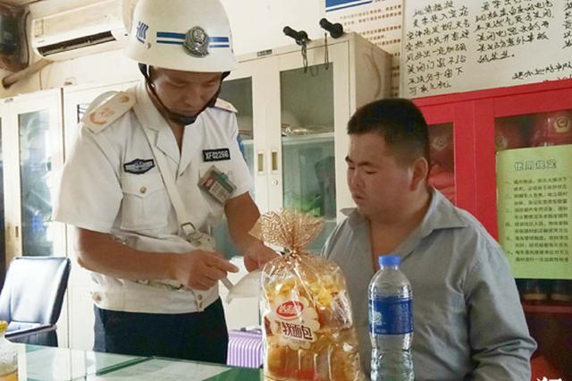 信阳患病小伙回乡身无分文 无奈拦车向郑州巡防求助