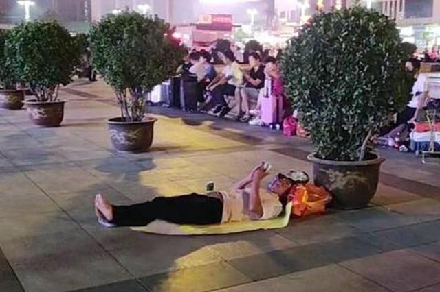 郑州火车站睡觉纸风靡一元一张 专家提醒:有毒