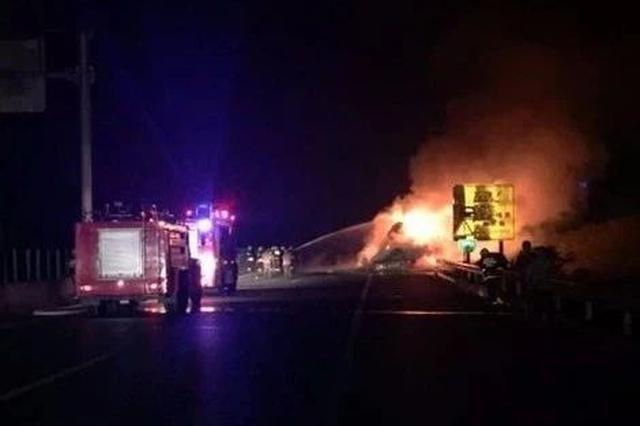 开封:货车凌晨突然起火 满车百货商品烧成灰烬