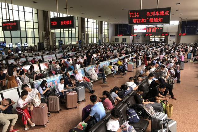 受宝成线暴雨影响 郑州火车站部分列车停运晚点