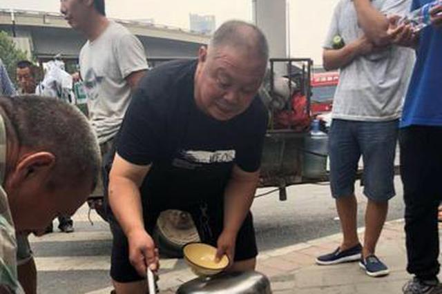 """郑州58岁老汉每天都坚持为农民工和环卫工送""""福利"""""""
