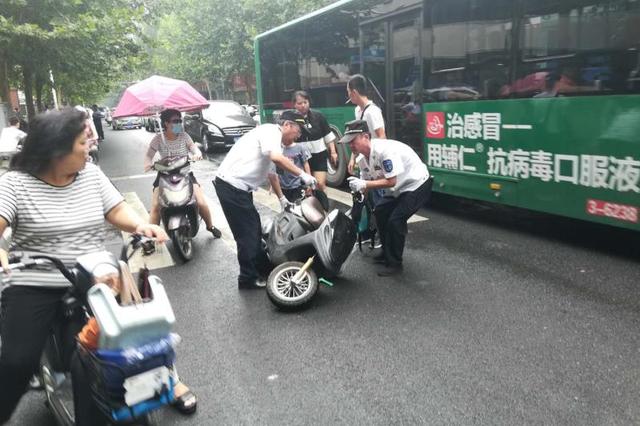 郑州女子刹车摔倒 险些被公交车撞上 还好虚惊一场