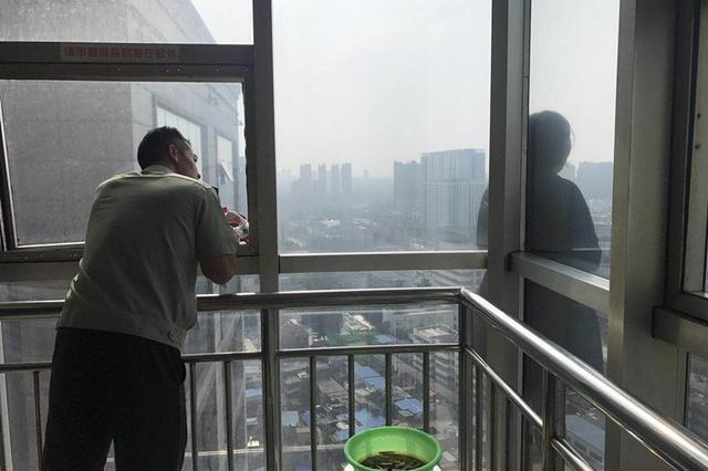 因贷款南阳被骗女子欲从22楼跳下 消防官兵解救