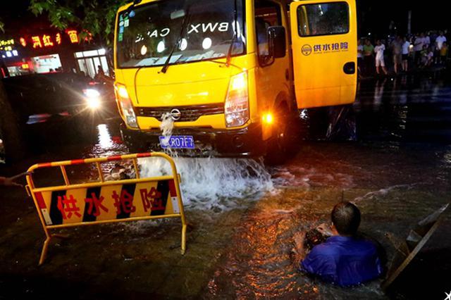 消防栓被撞断 郑州一维修师傅潜水23分钟关闭阀门