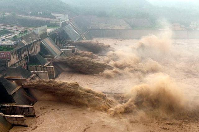 黄河小浪底水利枢纽工程孔洞下泄 壮美如画