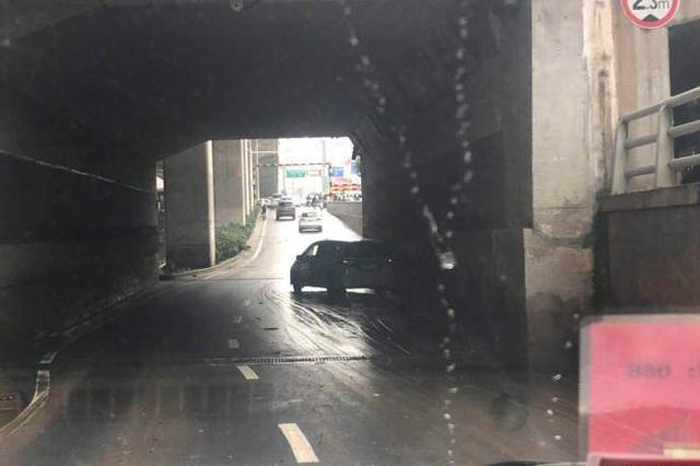 郑州陇海路一马路隧道内有车辆故障 请注意避让