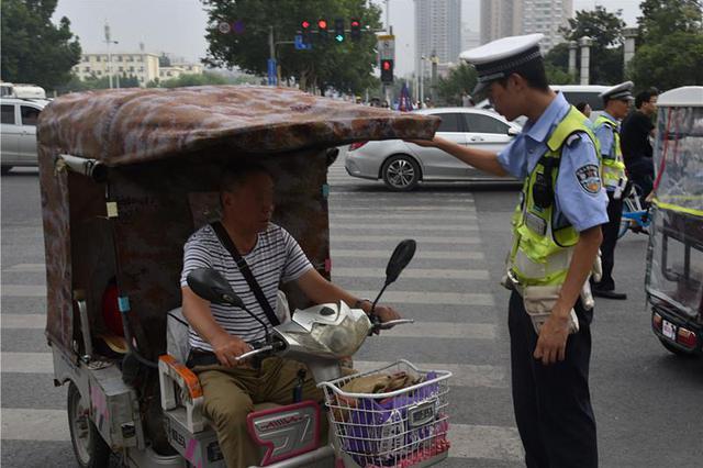 郑州交警严查花园路沿线交通违法 查处交通违法68起