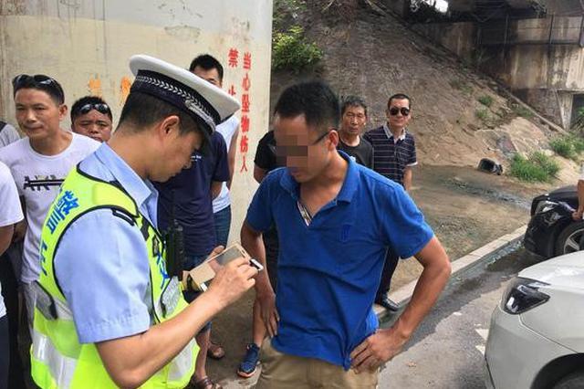 郑州交警严查交通违法 两名男子向民警动了手被控制