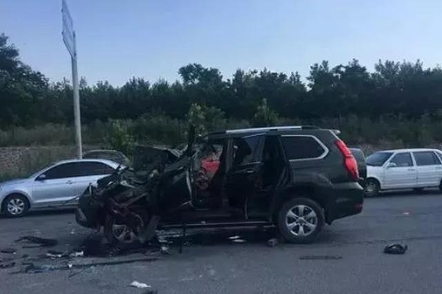 郑州SUV追尾货车女司机被卡 后座还有一名男童