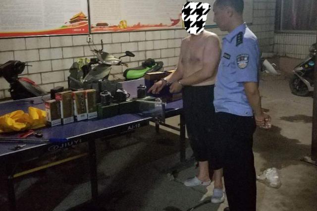 男子深夜砸车盗酒 被郑州警方逮个正着