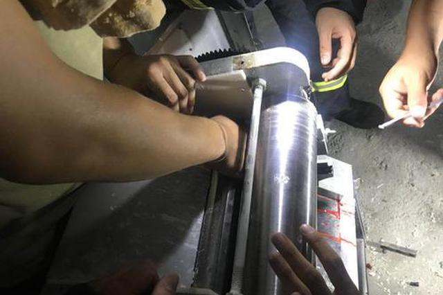 郑州:男子手卡压面机血流不止 消防员凌晨出警救援