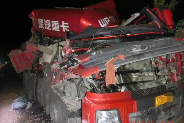 凌晨宁洛高速两货车追尾 驾驶室瞬间凹陷成渣渣